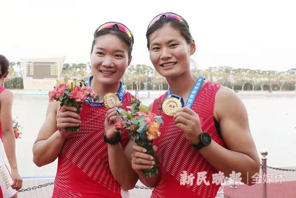 图说:张灵(左)、吕扬获得女子双人双桨项目冠军新民晚报记者 李铭珅 摄
