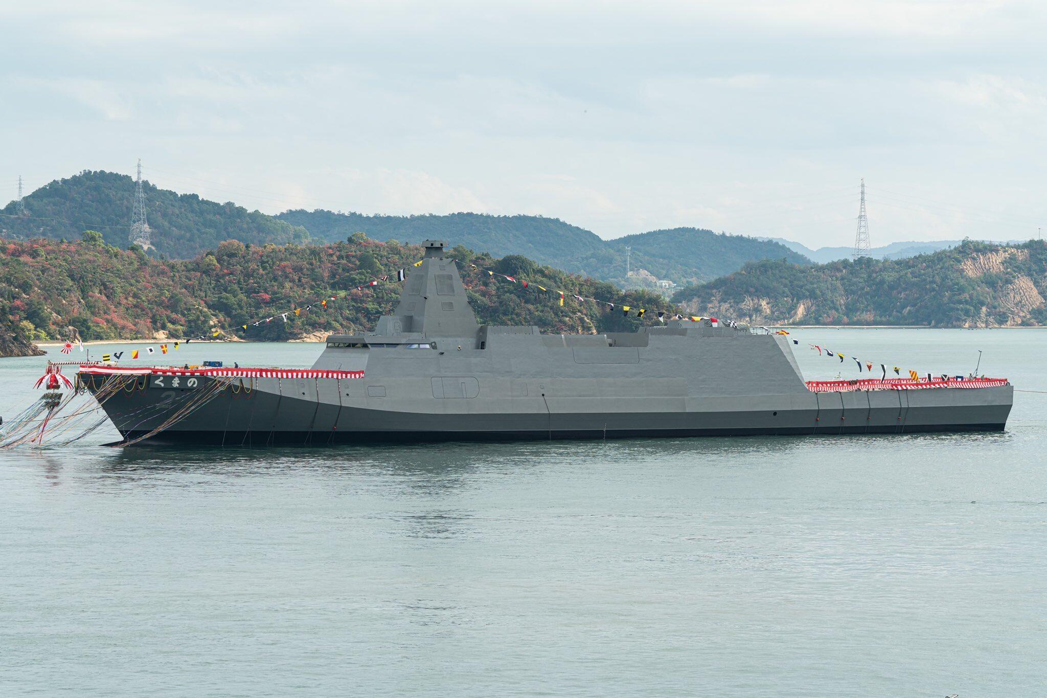 """日本下一代隐身护卫舰二号舰""""熊野""""号下水照片,其逆舰导弹暗藏在舰舯舷墙 图源:日本海事信休写真部"""