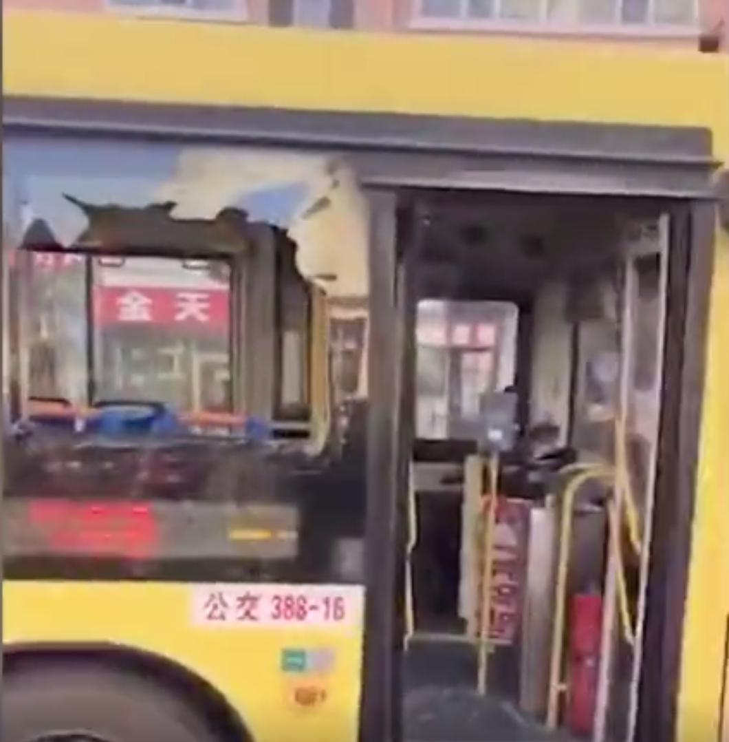 事发公交车。视频截图