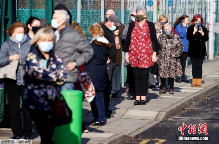当地时间11月6日,英国当局在利物浦市尝试实走整个城市周围内的大周围新冠病毒检测,当地居民不管是否有症状,都能够批准检测,展望整个过程将不息两周。