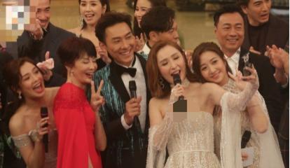 TVB主持人陈贝儿参加台庆,礼裙下滑险走光,合影时却无人提示