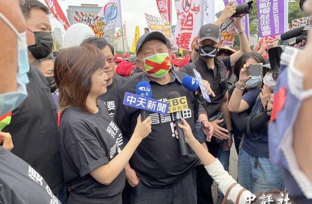"""旺旺老板蔡衍明上街参加""""秋斗"""""""