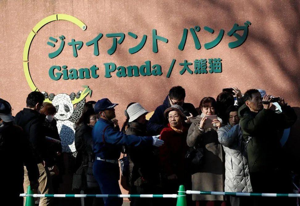 2017年12月开园当天,排队等看香香的日本游客