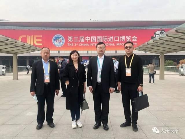 马靖坤(右二)