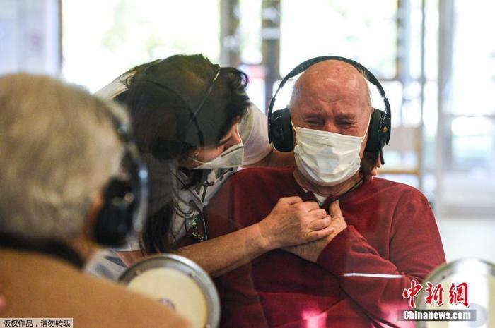 """当地时间11月11日,意大利威尼斯,疗养院设立""""拥抱屋"""",方便老人在有防疫保护措施的前提下、与亲人见面。"""