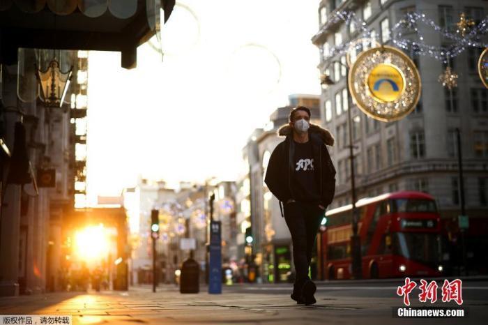 资料图:当地时间11月5日,英国伦敦,市民戴口罩上街。从5日凌晨开始,英国进入第二次全国性封锁限制阶段。