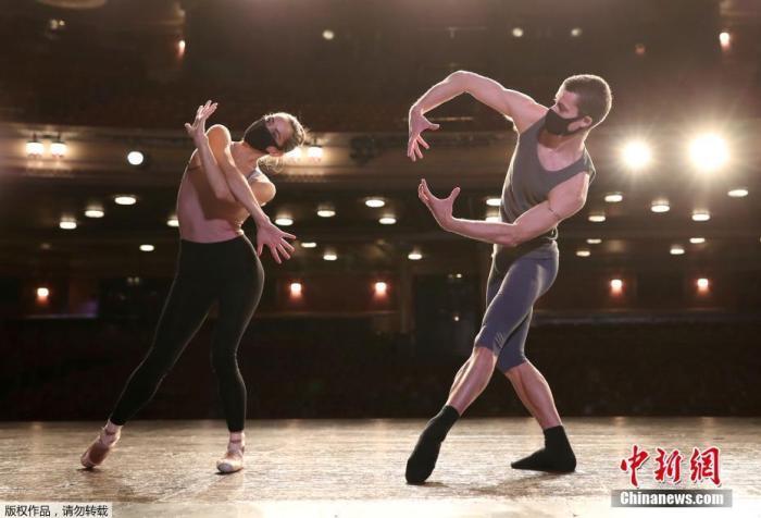 图三 当地时间8月3日,英国爱丁堡国际艺术节因疫情取消,舞者和音乐家戴口罩在剧院进行线上演出。
