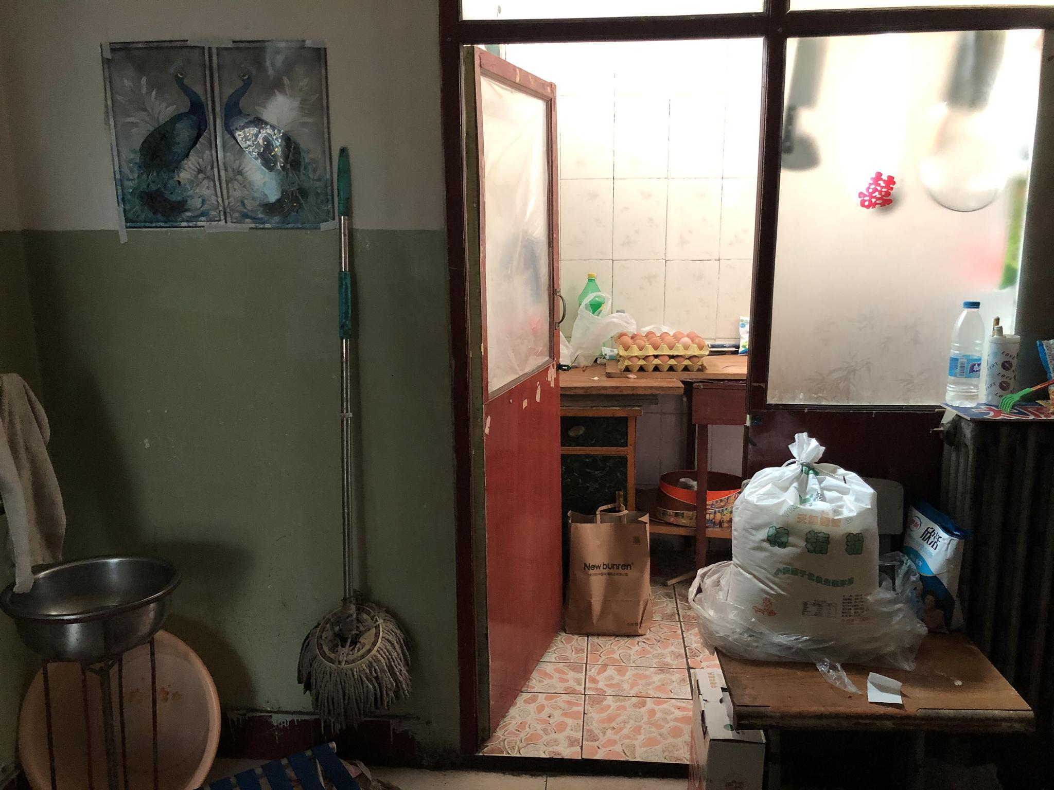 党锁锁在公安局旁的出租屋。新京报记者 曾金秋摄