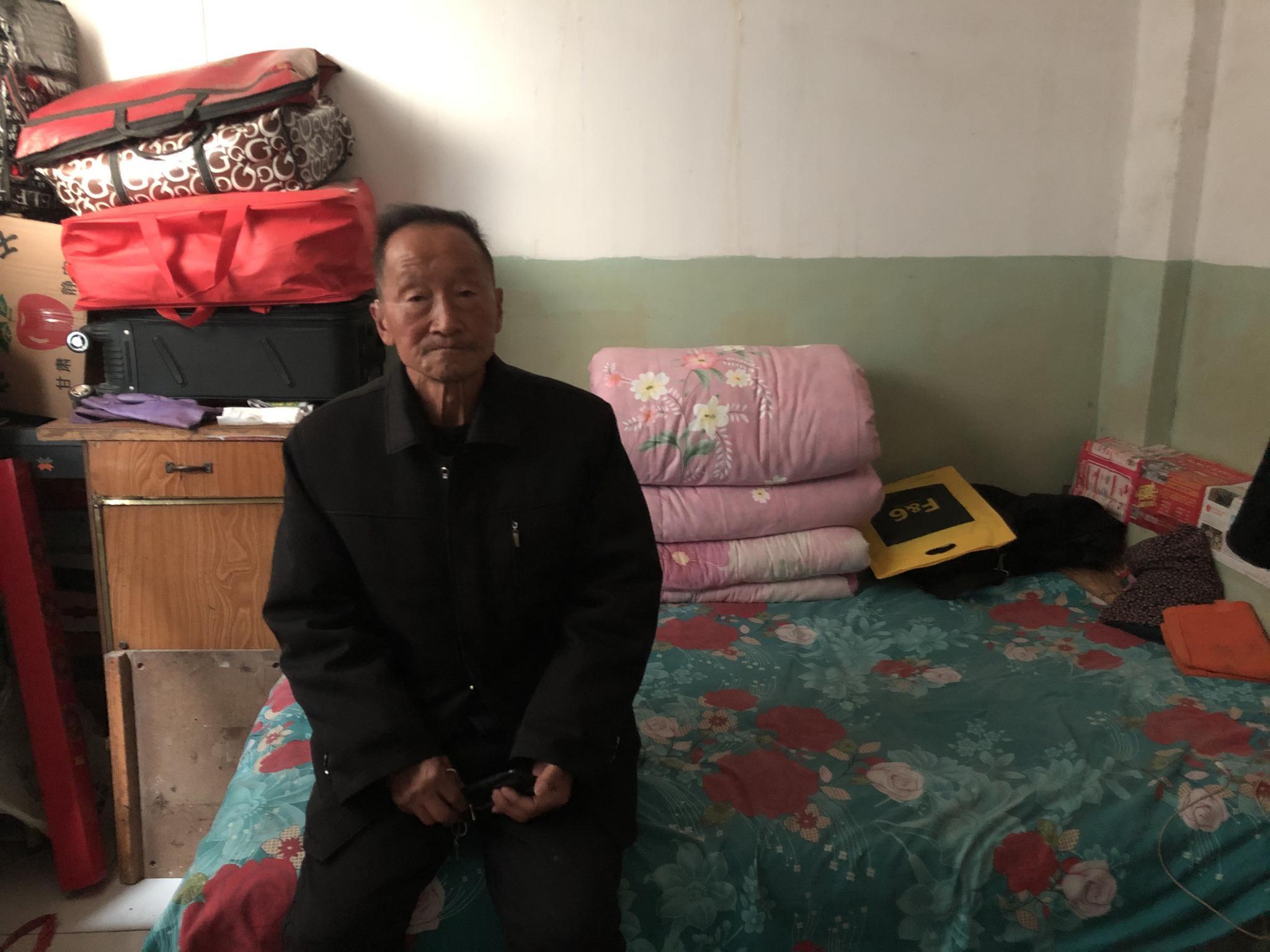 党锁锁在出租屋。新京报记者 曾金秋摄