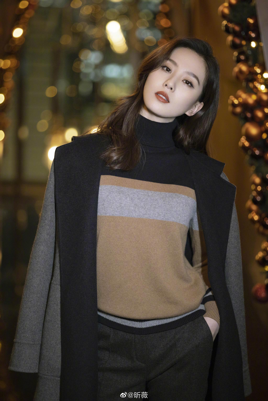 今日,@刘诗诗 亮相某活动,身着金棕色针织衫搭配灰色长裤…………