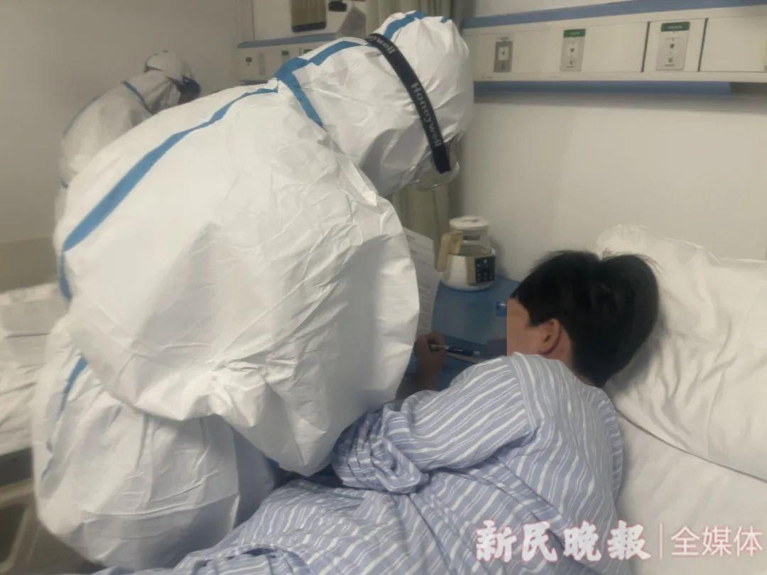 陆女士在病房里填写告知书新民晚报首席记者 左妍 摄