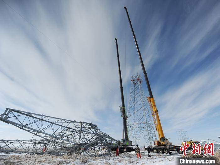 吉林冻雨致超高压电塔折断