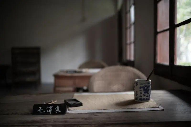 中央农民运动讲习所旧址内还原的毛泽东书桌 董天晔摄