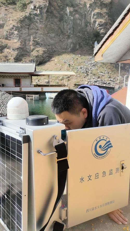 四川省水利厅应急先遣小组赴九龙县踏卡堰塞湖开展应急测报
