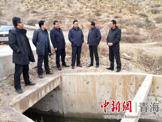 青海省水利厅副厅长石建平一行在尖扎调研南干渠灌溉工程