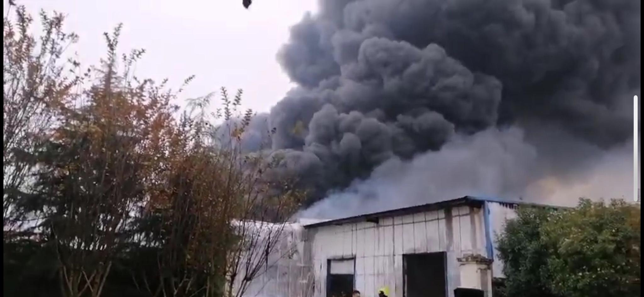 湖北襄阳一处临时仓库发生火灾,现已扑灭无伤亡