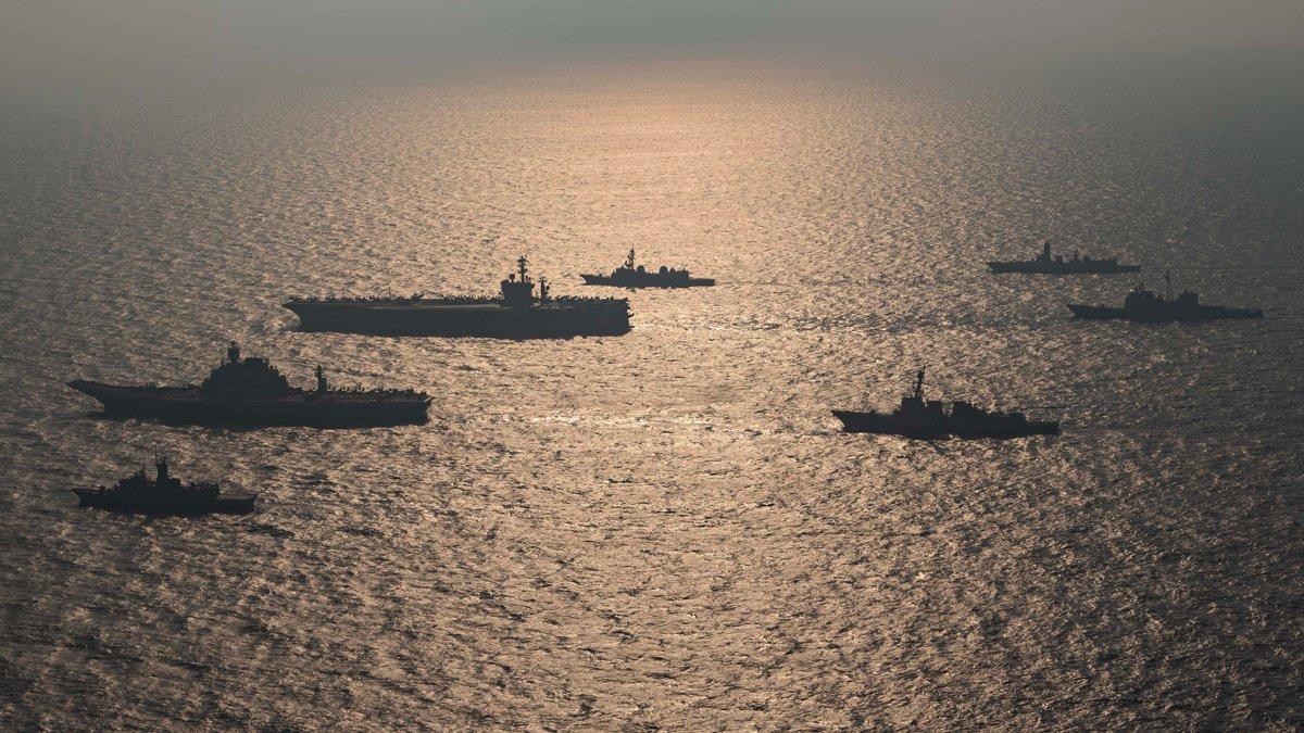 """美国""""尼米兹""""号航母与印度""""超日王""""号航母合影 图源:美国海军"""