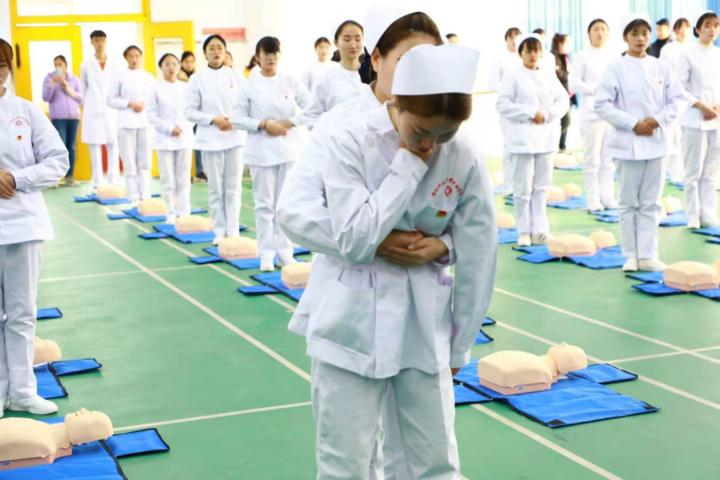 潍坊科技学院志愿者走进省城中学,开展急救公