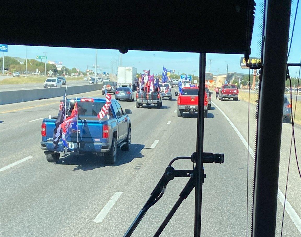 拜登竞选团队成员那时在大巴内拍到的车内视角 图自推特