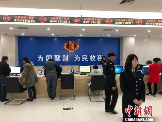 图为北京市东城区联合办税服务大厅。 刘文曦 摄