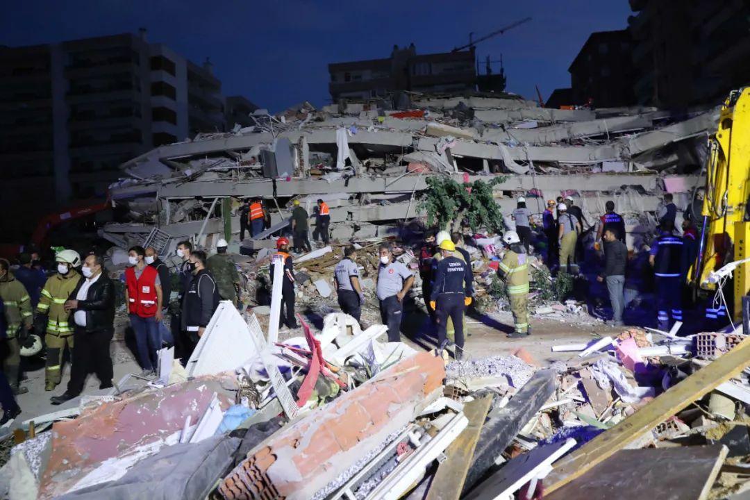 10月30日,在土耳其伊兹密尔省的地震受灾现场,声援人员正在开展声援做事。新华社发