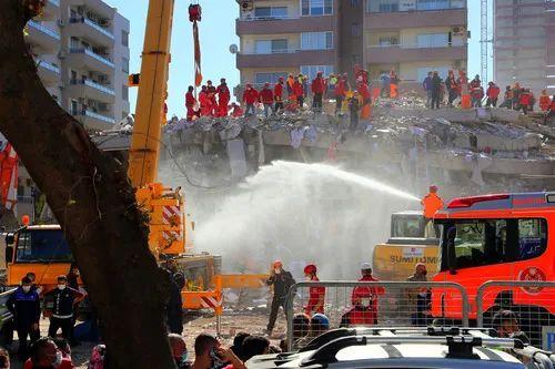 10月31日,声援人员在土耳其伊兹密尔省地震受灾现场进走做事。新华社发