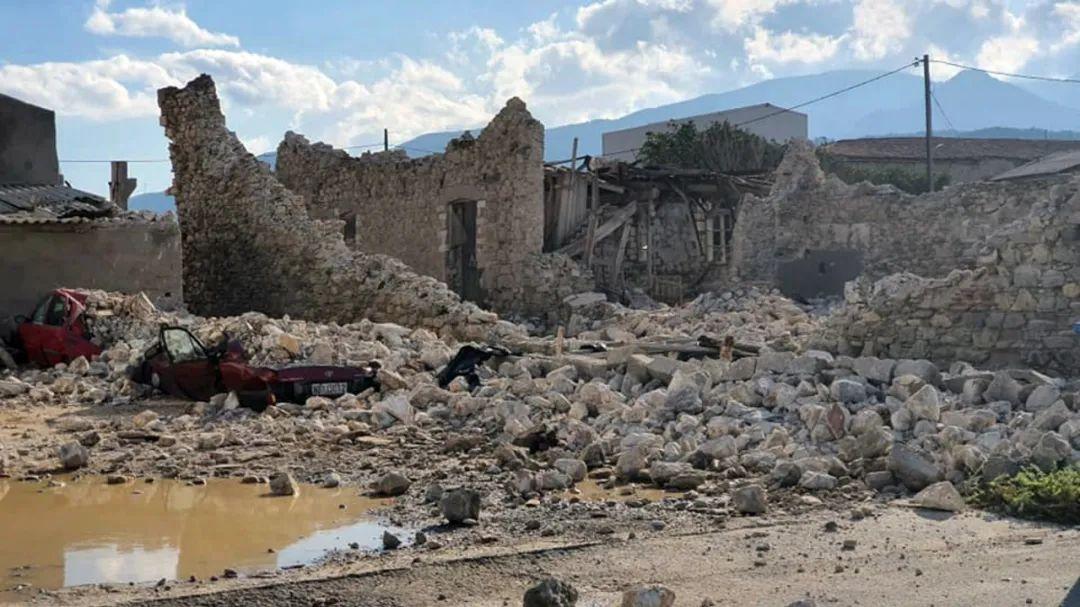 这是10月30日拍摄的萨摩斯岛因地震倒塌的房屋和损坏的汽车。新华社发