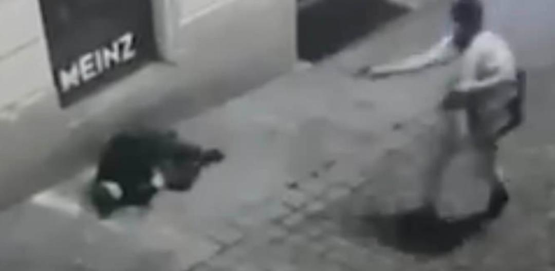(图为街头监控拍摄到的其中几名攻击者作案时的画面)