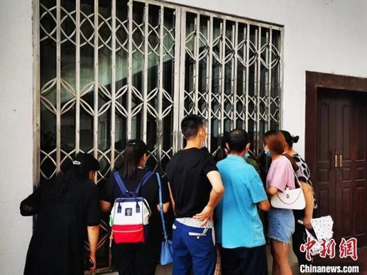 没能进入现场旁听,群众站在审判庭外关注案件庭审