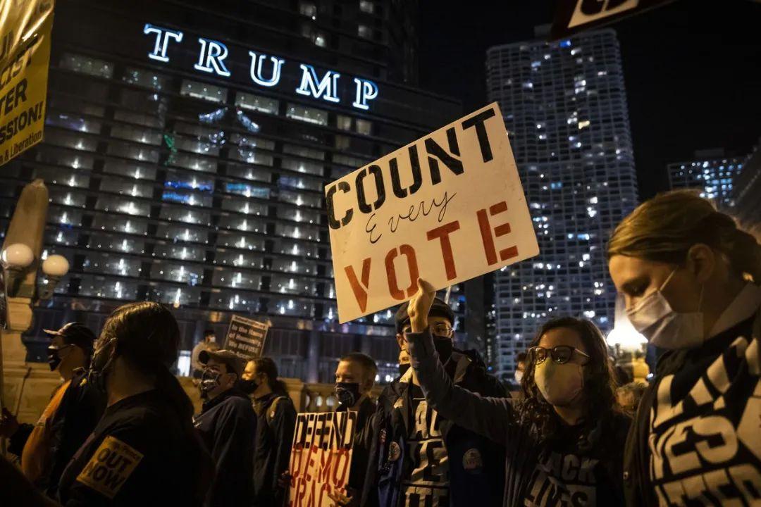 """(芝添哥抗议者走上街头,请求""""清点每一张选票""""。)"""