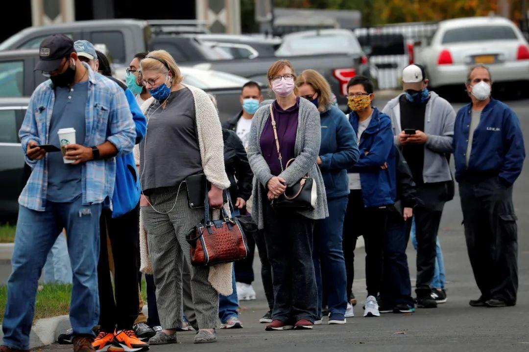 ▲10月24日,在美国纽约郊区一处投票站,选民列队等候投票。(新华社/路透)