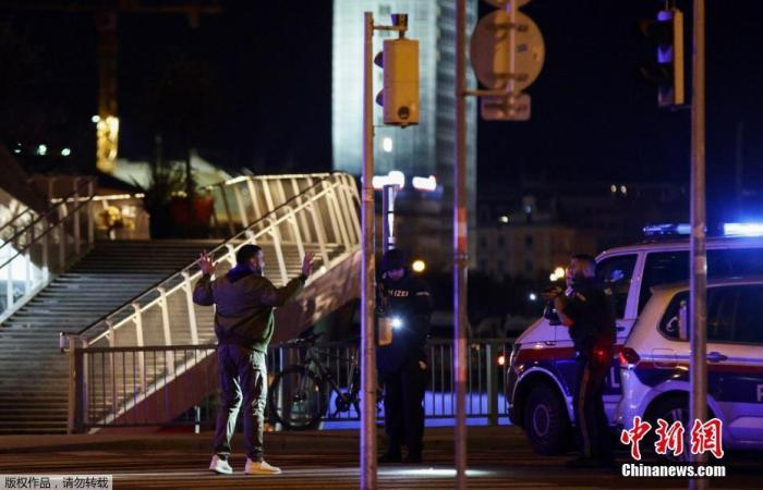 当地时间11月2日晚,奥地利首都维也纳市中央一个犹太教堂附近发生一首枪击事件。图为警方排查走人。