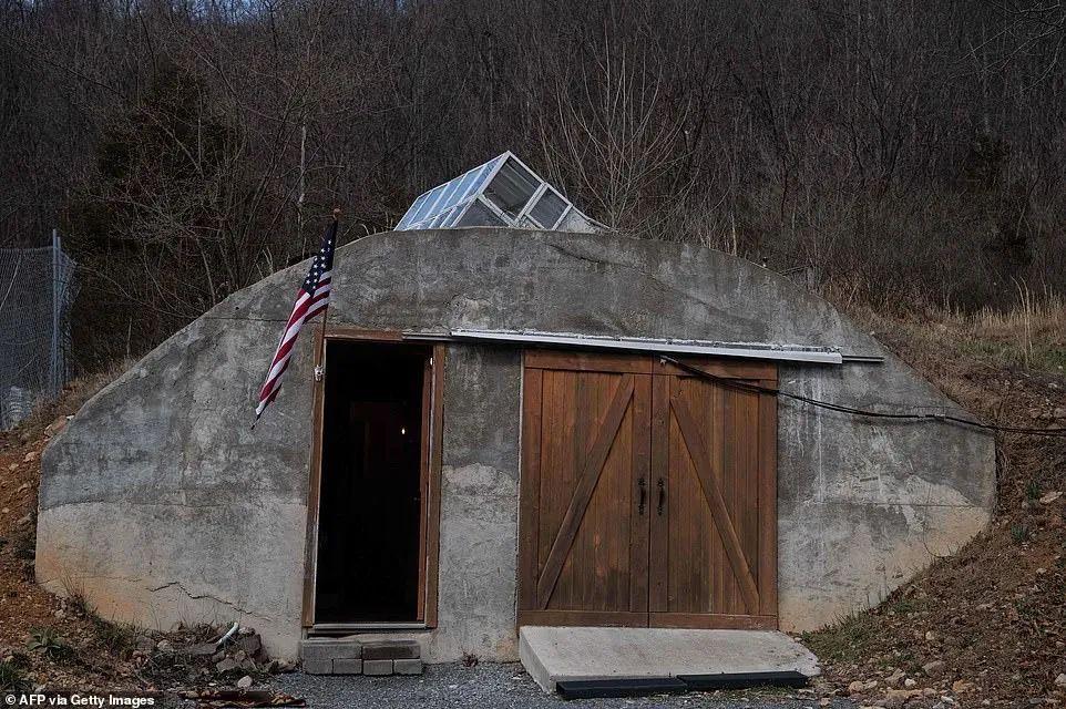 西弗吉尼亚基地占地100英亩,其生存掩体据说可招架肯定水平的核抨击。