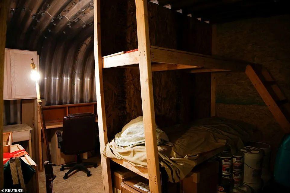科罗拉多基地内的宿弃。为撙节空间,基地内都操纵上下铺。