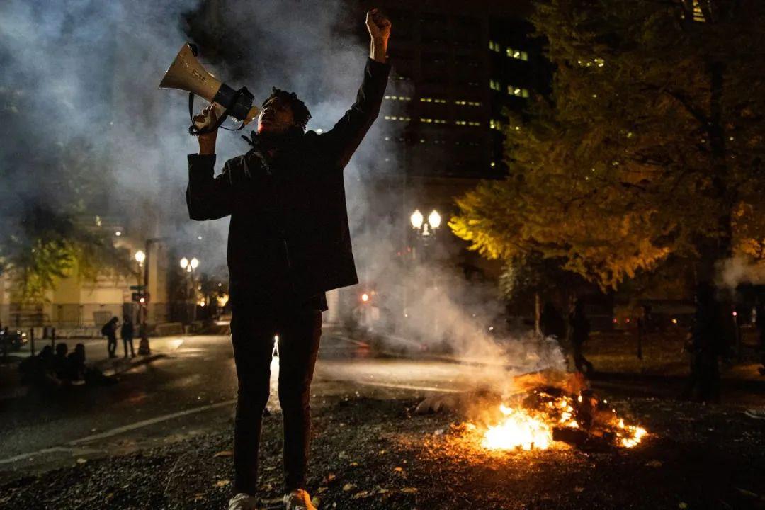 美媒记者对抗议者的构图,隐约让人联想到电影《幼丑》的主人公。
