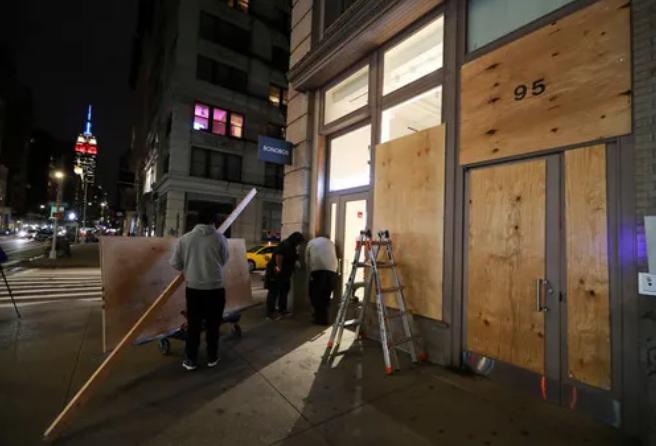 大选前,纽约市诸多街道的商铺与民居纷纷用木板封锁门窗,就连第五大道的糟蹋品商店也不破例。