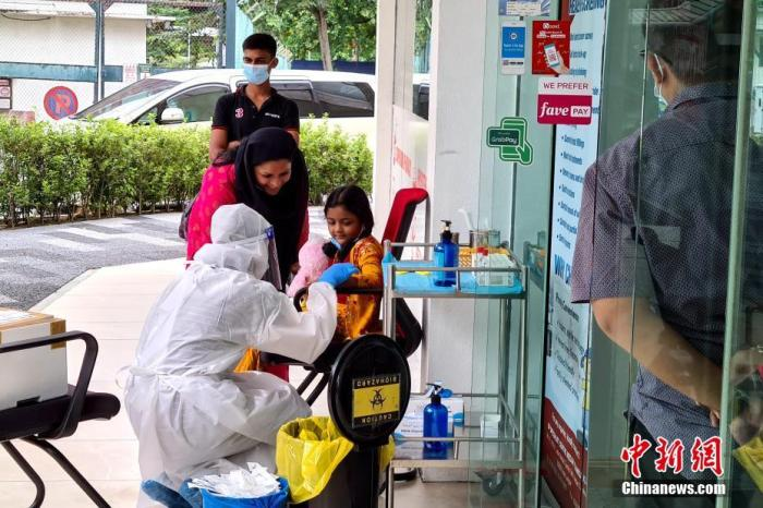 当地时间10月12日,马来西亚吉隆坡一家医院的检测点前,一位幼友人准备批准核酸检测。当日,马来西亚当局宣布,将在包括首都吉隆坡内的多地实施为期两周的有条件走动控制令。中新社记者 陈悦 摄