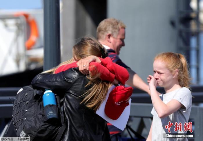 资料图:荷兰学生与家长团聚。