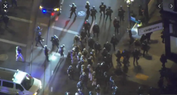 波特兰爆发大周围冲突的视频截图。