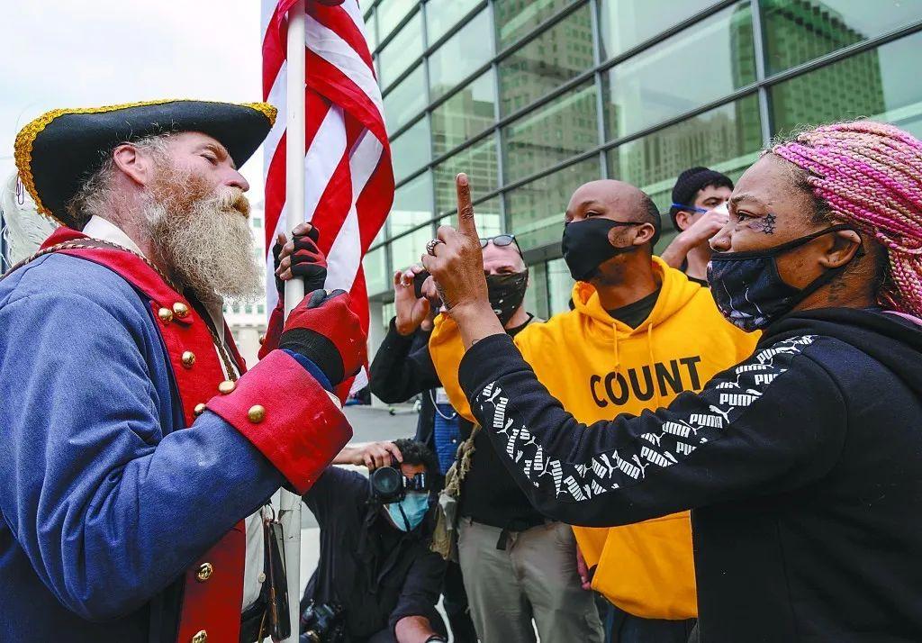 美国大选关键州计票进入最后阶段。图为当地时间5日密歇根州一计票中心外双方支持者发生争执。