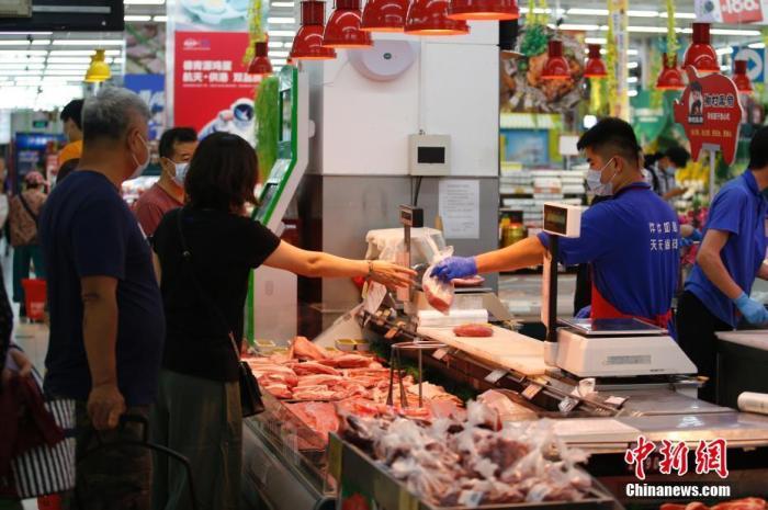 资料图:北京市朝阳区一家京客隆超市内,市民选购猪肉。 中新社记者 蒋启明 摄