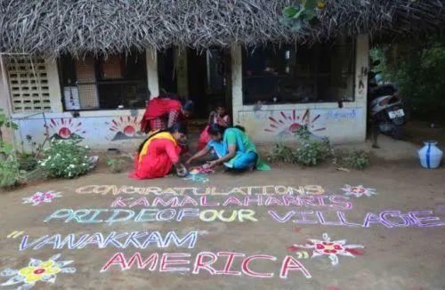 """当地妇女绘制标语""""恭喜卡拉玛—吾们乡下的傲岸,歌颂美国"""" 图源AP"""