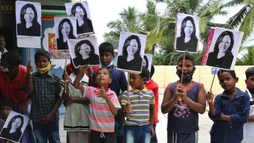 哈里斯家乡的儿童举牌祝贺 图源AP