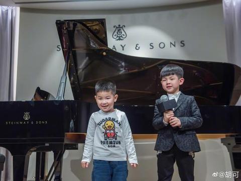 安吉弹钢琴帅气认真,小鱼儿拿话筒模样长开,弟弟颜值逆袭?