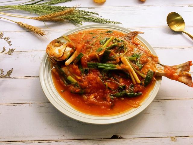 金鲳鱼肉多营养丰富,可以个番茄一起搭配,味道酸甜鲜美|金鲳鱼|番茄|酸甜_新浪新闻