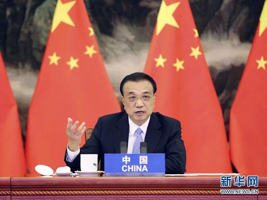 11月15日上午,国务院总理李克强在北京人民大会堂出席第四次区域全面经济伙伴关系协定(RCEP)领导人会议。会议以视频形式举行(图源:新华网)