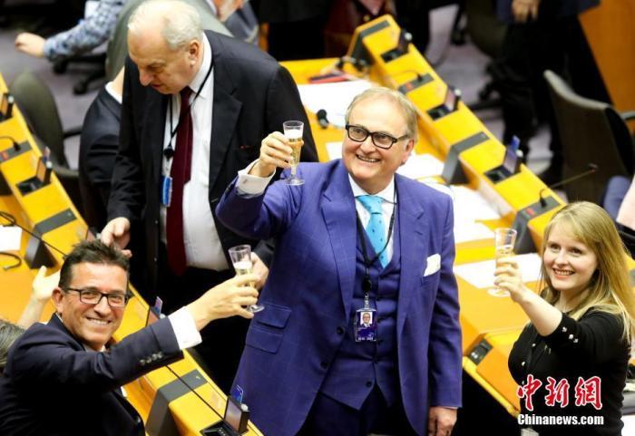 """当地时间1月29日,欧洲议会照准""""脱欧""""制定。图为投票终结后,在场议员举杯告别。中新社发 欧盟供图"""