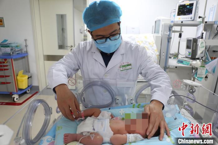 幼儿表科主任杜志勇查望宝宝术后恢复情况 向熙明 摄
