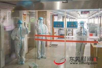 ▲1月29日,东莞定点救治医院市九院阻隔病区,医护人员打出添油的手势