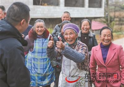 ▲11月27日,云南省昭通市镇雄县亨地村,71岁的阿婆邓全书为东莞帮扶干部张伟华竖首大拇指